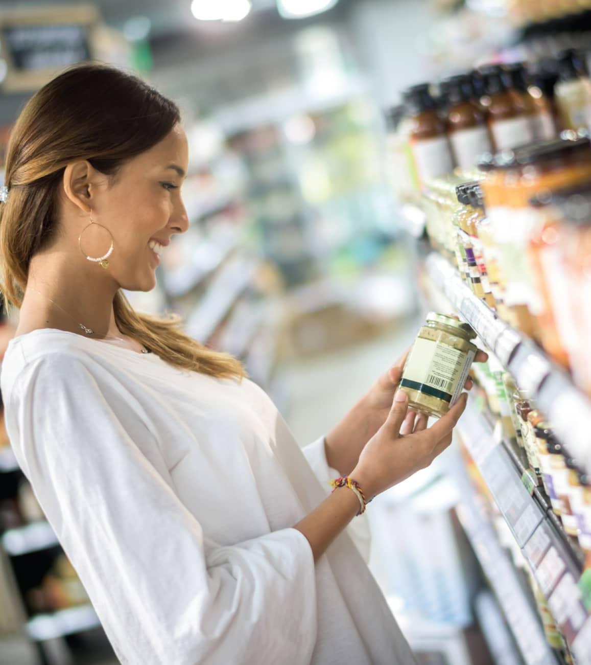 Femme qui regarde des produits du marché alimentaire