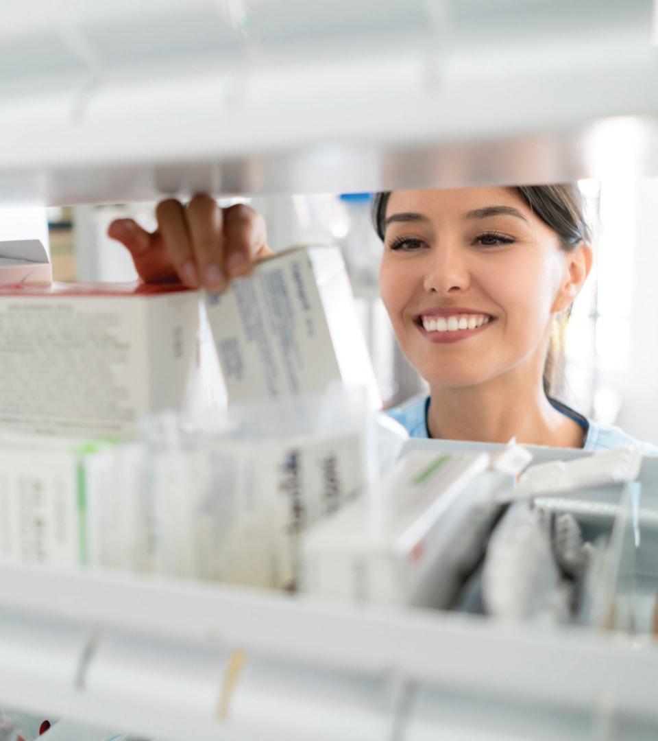 Femme qui regarde des produits du marché pharmaceutique