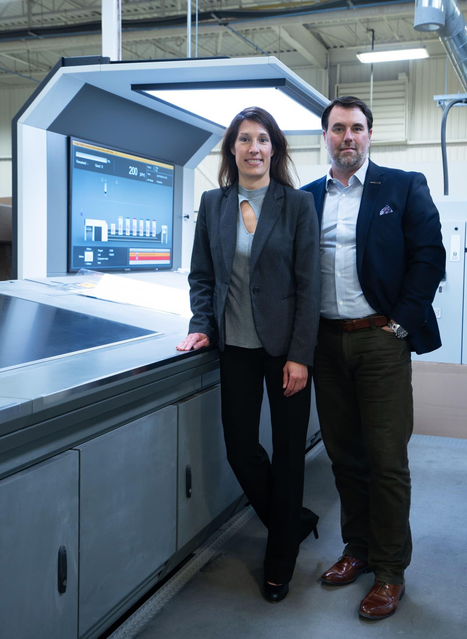 Portrait de Shawn et Annick devant la presse Komori