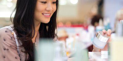 Femme qui regarde des produits du marché santé et beauté